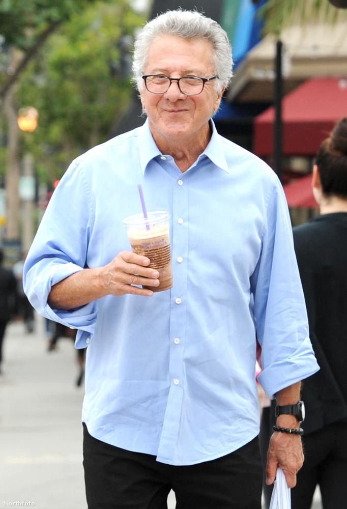 A 77 éves színész egy frappuccinót vásárolt, amellyel láthatóan elégedett volt.