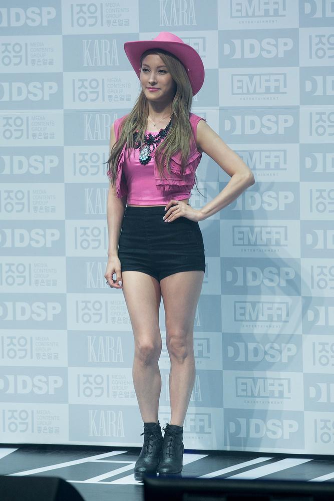mint ez a dél-koreai, Gyuri nevű énekesnő.