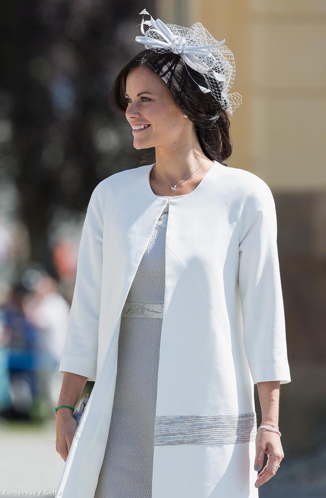 Ezt a szettet Leonore hercegnő keresztelőjén viselte.