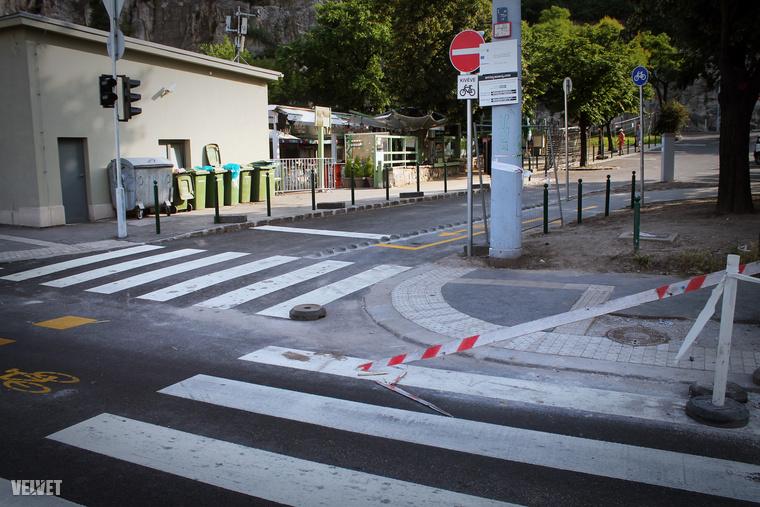 Pofás kis bicikliutat is festettek a kereszteződésbe, a közlekedést pedig lámpák is segítik