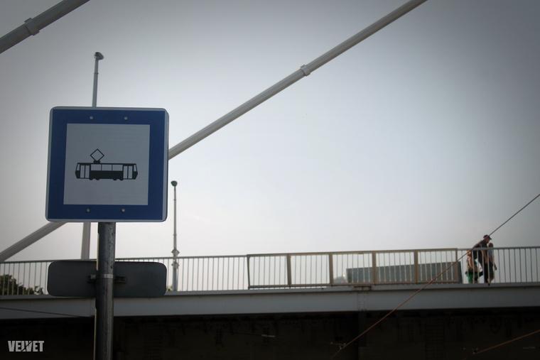 Bár a megálló nevét még nem tették ki, nagy valószínűséggel Rudas Gyógyfürdő lesz, mint a mellette megálló buszoké.