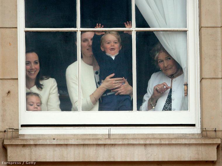 De amit az ablakban rendezett le az erkélyen, az még csodásabb volt.
