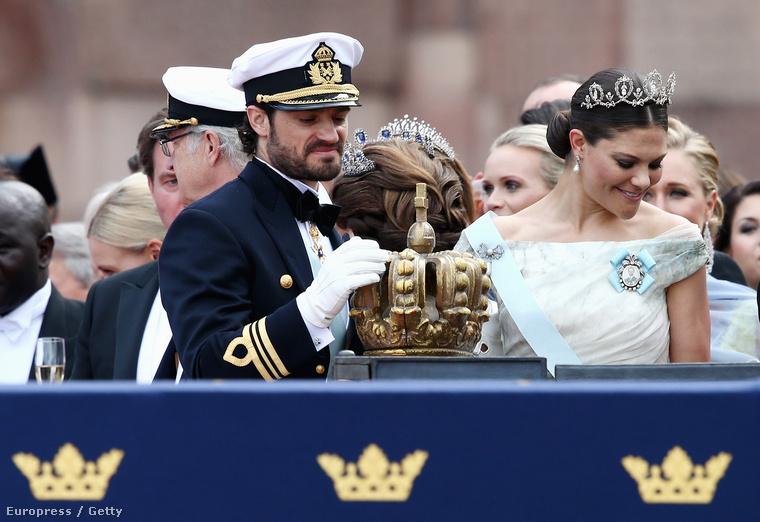 Egyébként azt a koronát csak simogathatja Károly Fülöp, ugyanis király nagy valószínűséggel soha nem lesz belőle, így tetovált királynéja sem lesz soha Svédországnak
