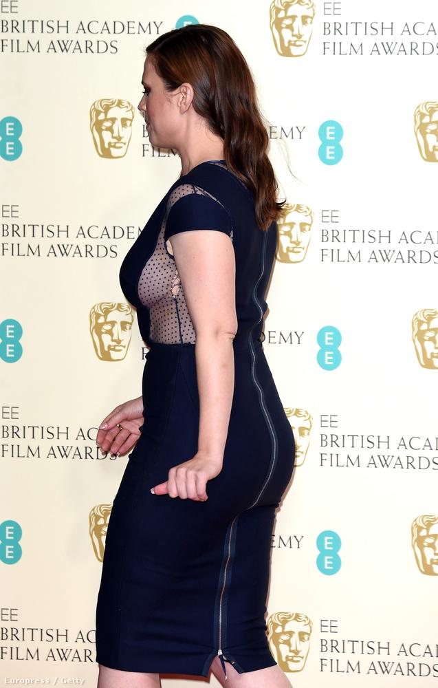 Az angol színésznő Hayley Atwell elég merész ruhája még merészebbé változott ezzel a pár szakadással.