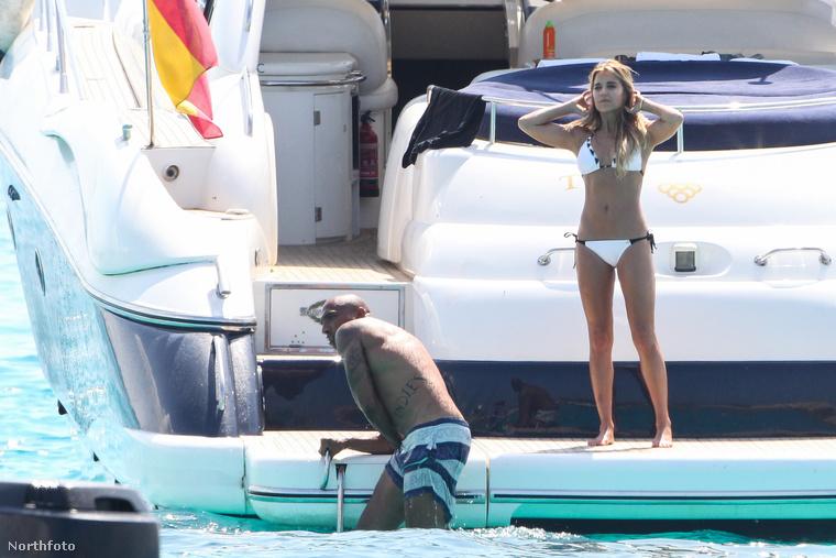 De azért az ő bikinis teste a lényeg.