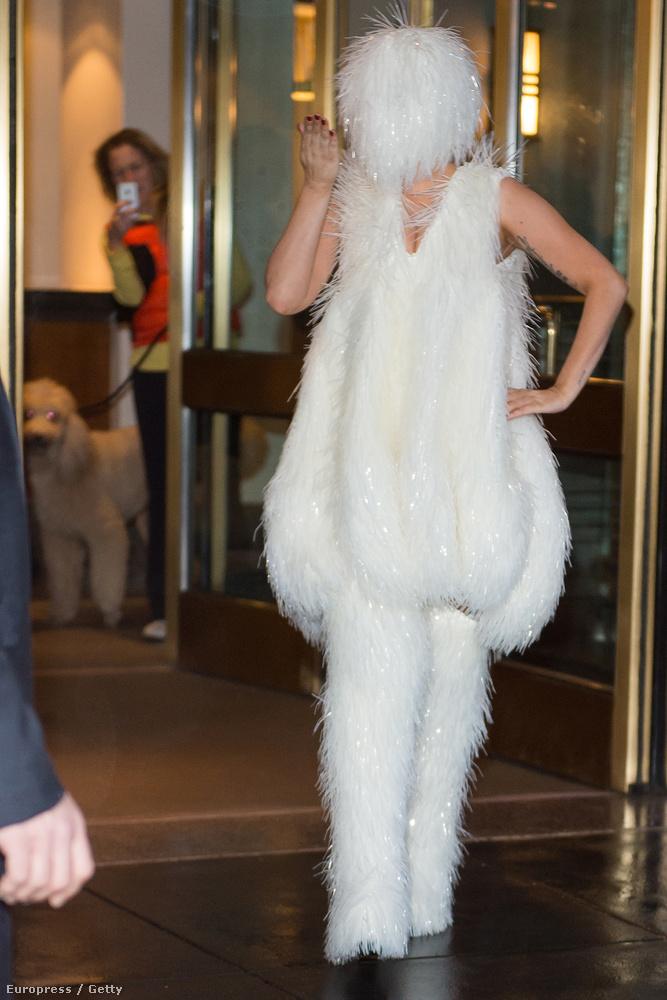 Lady Gagát viszont akkor is könnyű kiszúrni, ha mindenét eltakarja