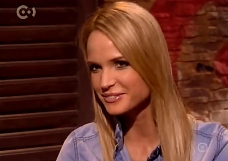 2010-ben már egyre kevésbé hasonlított arra a narancssárgára szoláriumozott, platinaszőke kislányra, aki a Viva TV-ben csacsogott