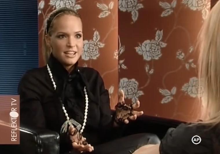 2009-ben egy Szily Nóra interjú kedvéért ismért VV Anettnek maszkírozta magát, és az alkalomhoz illően csipkekesztyűt is húzott