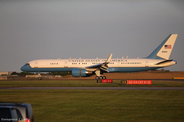 Ma reggel landolt Michelle Obama és lányai gépe Londonban