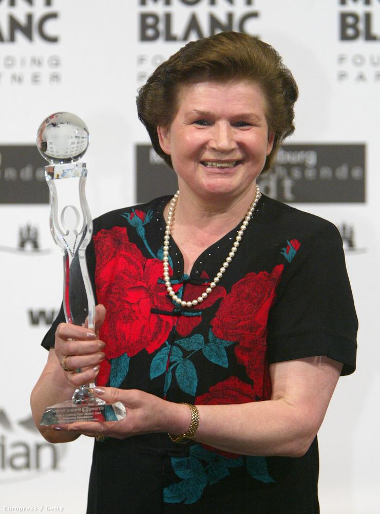 A 2014-es szocsi téli olimpiai játékok megnyitóján Tyereskova volt az egyik, aki az olimpiai lobogót vihette.                         (A fotó egyébként 2004-ben készült)