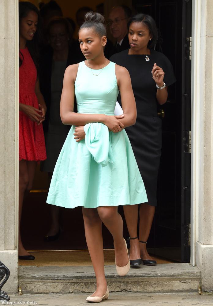 Sajnos csak az előbbi képet kaptuk meg a nagy eseményről, de itt egy ugyancsak tegnap készült fotó Natasha Obamáról, amint épp kijön a Downing Street 10-es szám alatti házból