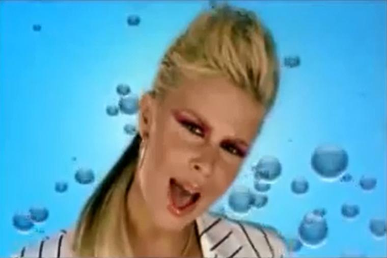Mint ahogy az előző kép, ez is Dukai Regina 2004-es Csak szeress vagy menj tovább című klipjéből egy screenshot