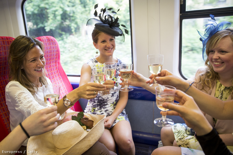 Ugye ilyesminek képzelte azt, amikor angol hölgyek csevegnek és iszogatnak egy angol lóversenyen? Illetve nem is csak egy sima lóversenyen, hanem a leghíresebben, azon, amit Berkshire-ben, az Ascotban tartanak.