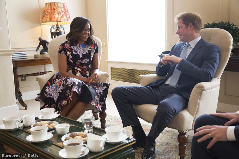 A hét legszebb pillanata természetesen az volt, mikor Michelle Obama és lányai Harry herceggel teáztak
