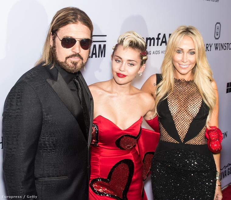 Ez a hét azért is volt kivételes, mert most nem Miley Cyrus, hanem az anyja, Tish Cyrus villantott egy kis bimbórészletet az amfAR gálán