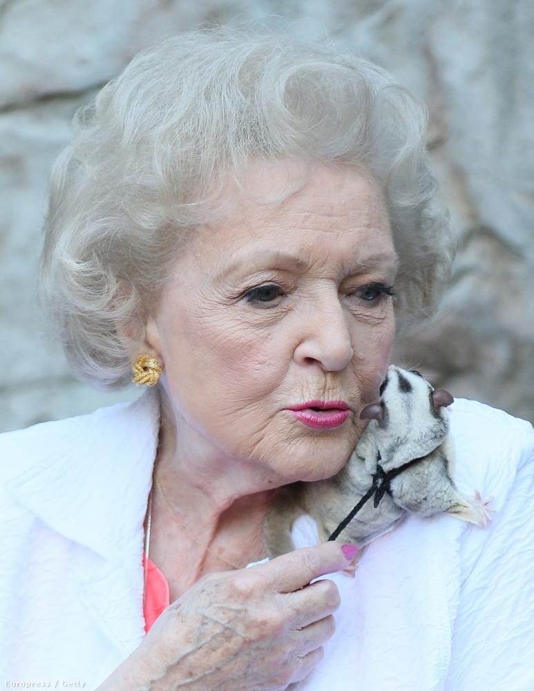 Betty White arcát pedig egy fenevad támadta meg