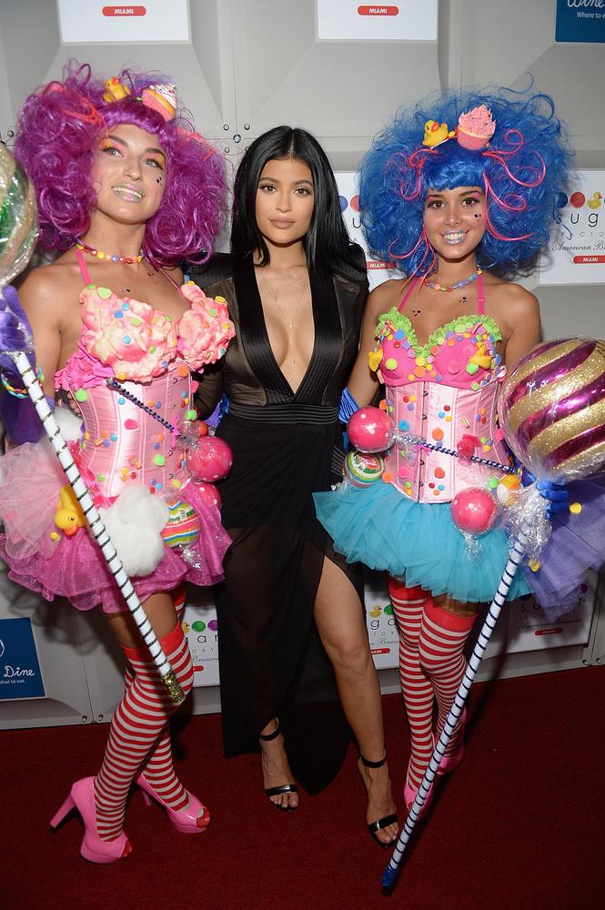 Kylie Jenner Miamiba ment, hogy részt vegyen a Sugar Factory, azaz Cukorka Gyár nevű hely megnyitóján