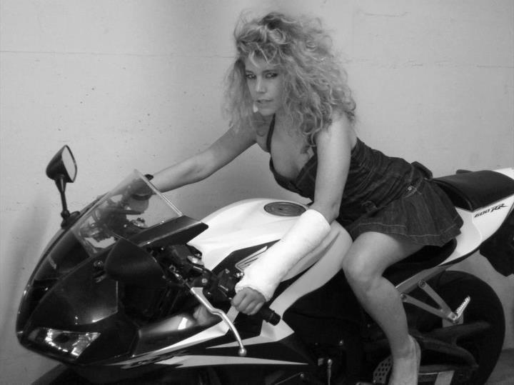 Ruhában, motorral, dekoltázzsal