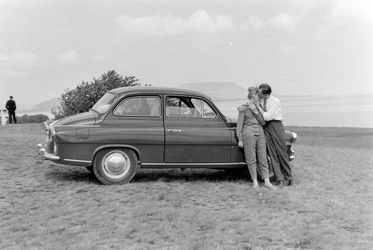 Ez az úriember egy ilyen csodás Skodával vitte fel a szerelmét 1965-ben a balatongyöröki szépkilátóhoz romantikázni