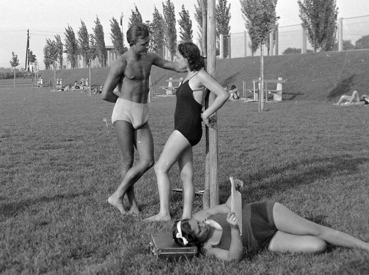 Ez a fiatalember 1943-ban így fűzte a csinos nőket a Tungsram strandon Újpesten, miközben tombolt a II