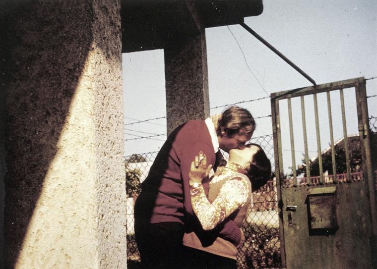 Ez a hölgy 1973-ban egyszerűen halmozta az élvezeteket: csipkeblúz, cigaretta, csók! És halmozza ön is az élvezeteket, itt egy szintén nagyon érdekes összeállítást talál régi képekből, diktátorokról és feleségeikről