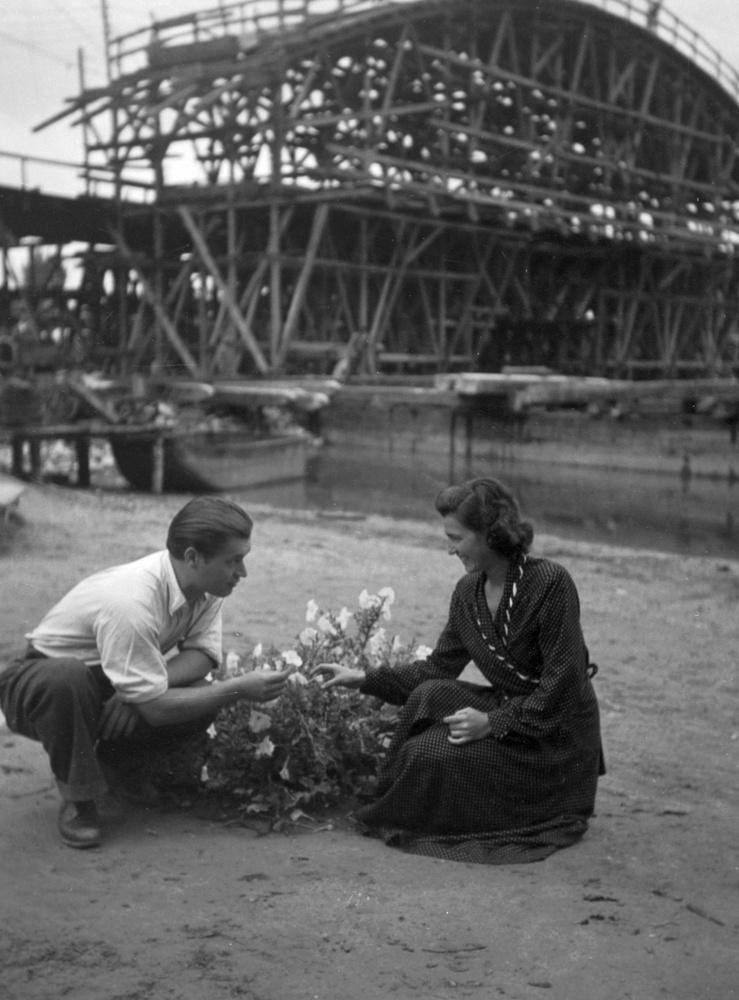 1939-ben ez a pár egy épülő híd előtt romantikázott