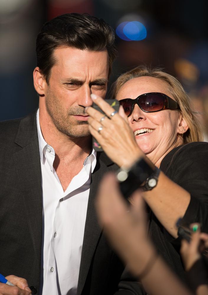 És amikor közös szelfire kérik, olyan arcot képes vágni, amilyenre csak Hollywood legnagyobb férfiideáljai képesek.