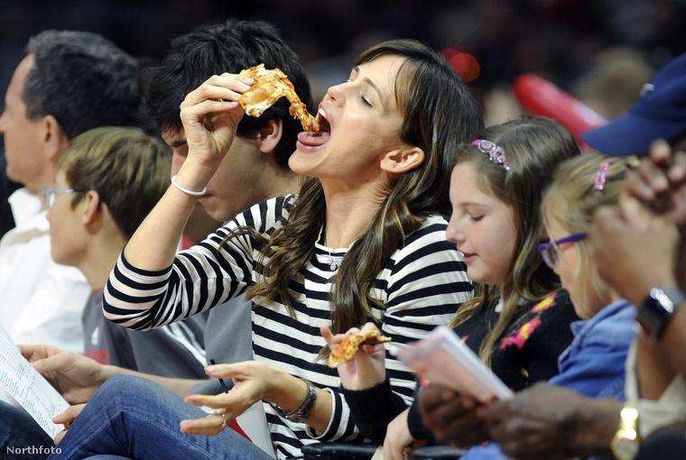 Jennifer Garner úgy eszi ezt a pizzát, mintha reklám lenne, egyszerűen nem is akar az ember mást enni ebédre, csak pizzát, ha ránéz erre a képre