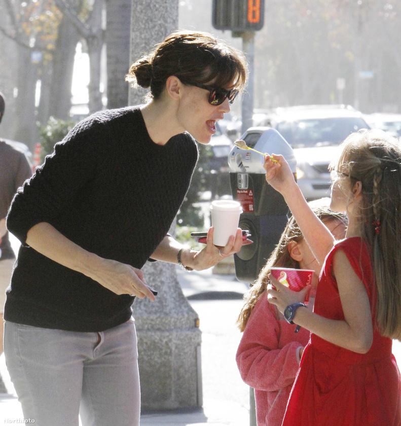 Szintén Jennifer Garnert látni a fotón, ő és lánya, Violet Affleck joghurtos fagyit esznek együtt az utcán.