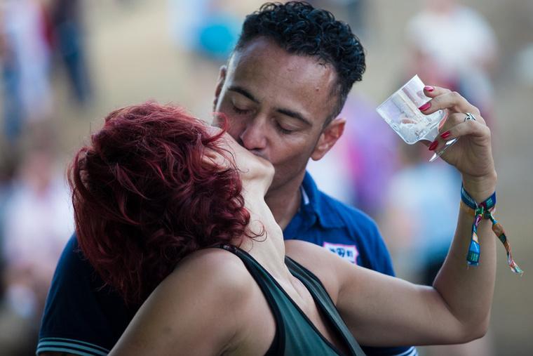 Egyszer az életben mindenkit megcsókolnak a Balatonon, a vízben, egy hajón, a parton, egy esti séta közben, naplemente nézés közben, vagy éppen egy fesztiválon