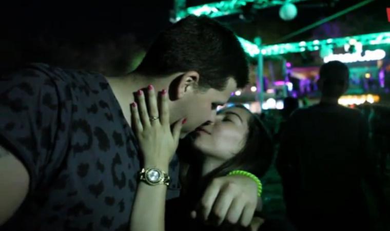 """""""s a vágyat, mely egész lelkemen áthatol,                                nem tudom, hogy csitítsam                         másképp, mint nagyszerű melledre rátapadt,                                epedő csókjaimmal"""" - Paul Verlaine: Széttáruló karod"""