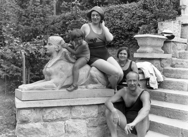 A szoborral pózolás már akkor is vicces volt, de azért vessünk egy pillantást az úr fürdőruhájára is!