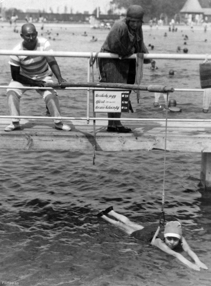 Néhány évtizeddel ezelőtt azért elég viccesen tanították úszni a gyerekeket.