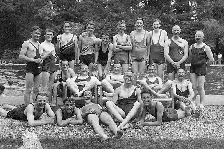 Először azt hittük, a félvállas fürdőruha azért néz ki úgy, mert az egyik pántja lecsúszott, de nem! A súlyemelő-bimbóvillantós fazon mellett ez volt a másik kedvenc az 1900-as évek elején.