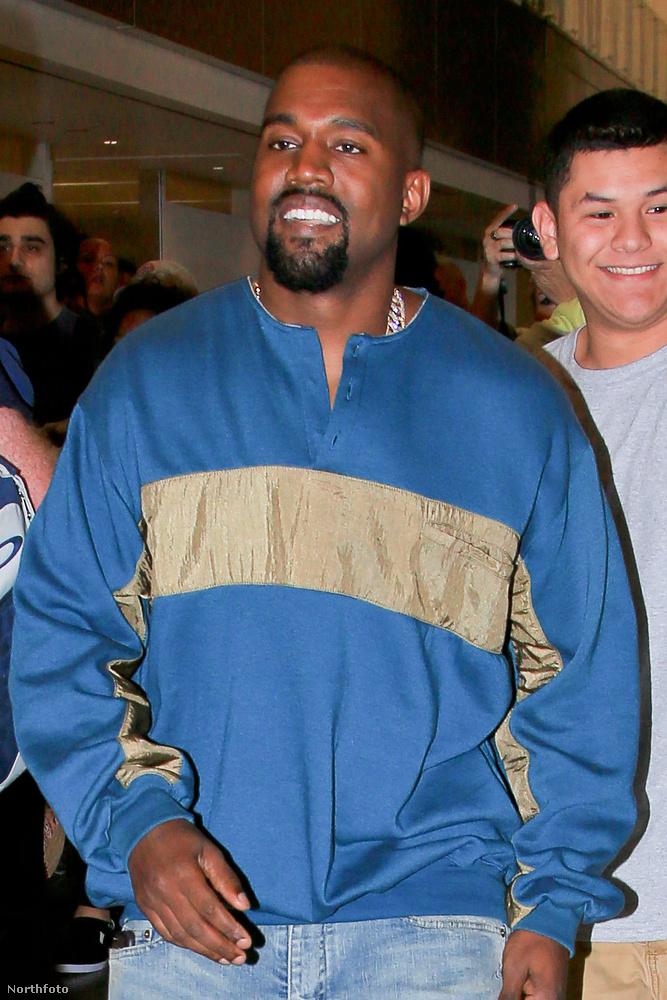Kanye West szerdán széles mosollyal érkezett a Los Angeles-i reptérre.