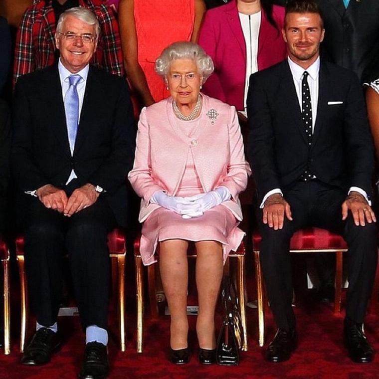 Nem, ez nem egy osztálykép, hanem David Beckham Erzsébet királynő mellett