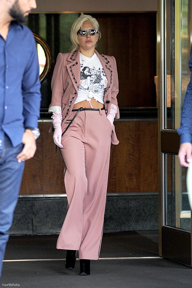 Nézze, az ott Lady Gaga, ahogy épp kilép egy New York-i hotelből!
