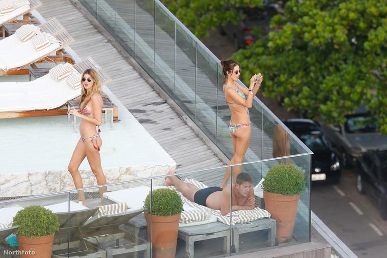 A bugyimodell persze nem a pórnéppel fetrenga  tengerparton, hanem egy szálloda tetőteraszán sütkérezik barátaival.