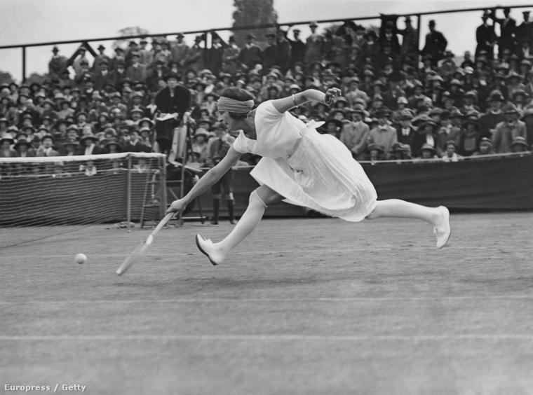 Alig 20 évvel később már elkezdtek átalakulni a ruhák, itt Suzanne Lenglen látható 1922-ből