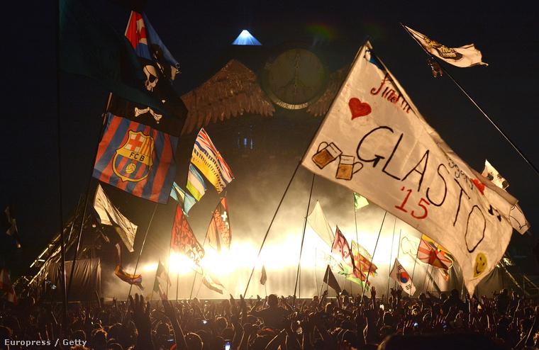 De a lényeget nem is a színpadon kell keresni, hanem a közönség soraiban, a zászlók közt...