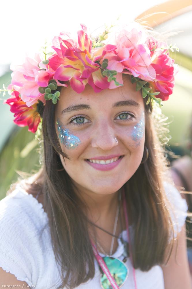 Egyébként a Glastonbury az egyik legmeghatározóbb az aktuális fesztiváltrendek kialakulásában, vagyis ha ezt vesszük alapul, a virágos koszorúk idén is ott lesznek mindenhol