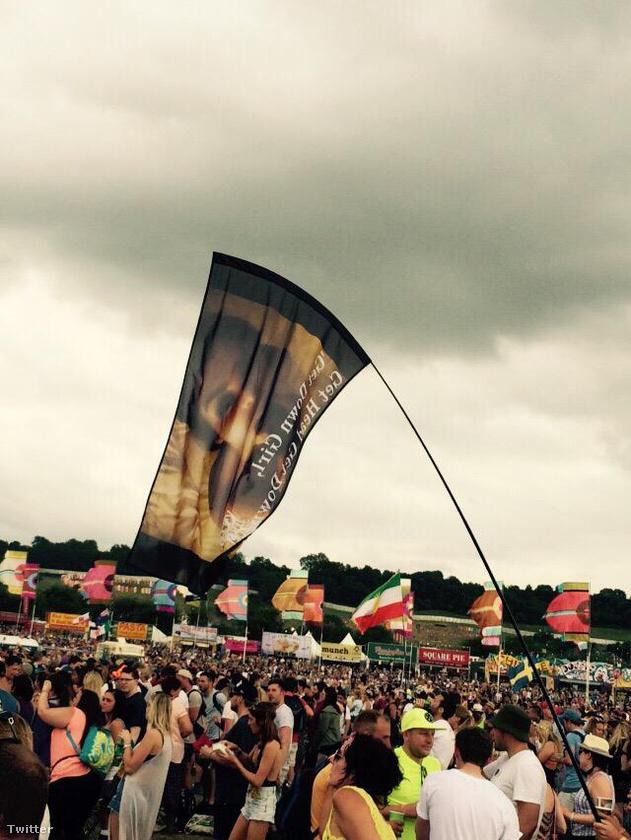 Valaki nagyon készült a rapper koncertjére, ugyanis készített egy hatalmas zászlót, amin Kanye West felesége, Kim Kardashian elégíti ki orálisan exét, Ray J-t