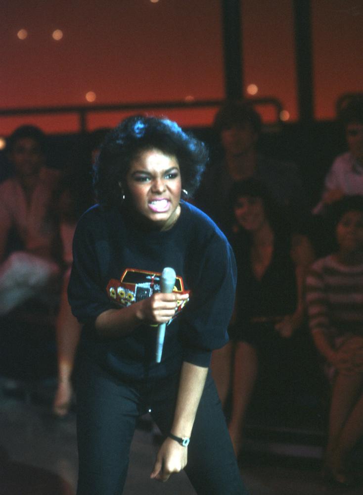 1980-ban már így állt Janet Jackson a színpadon.