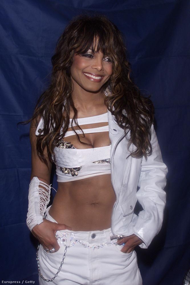 2001-ben is még haspólót viselt
