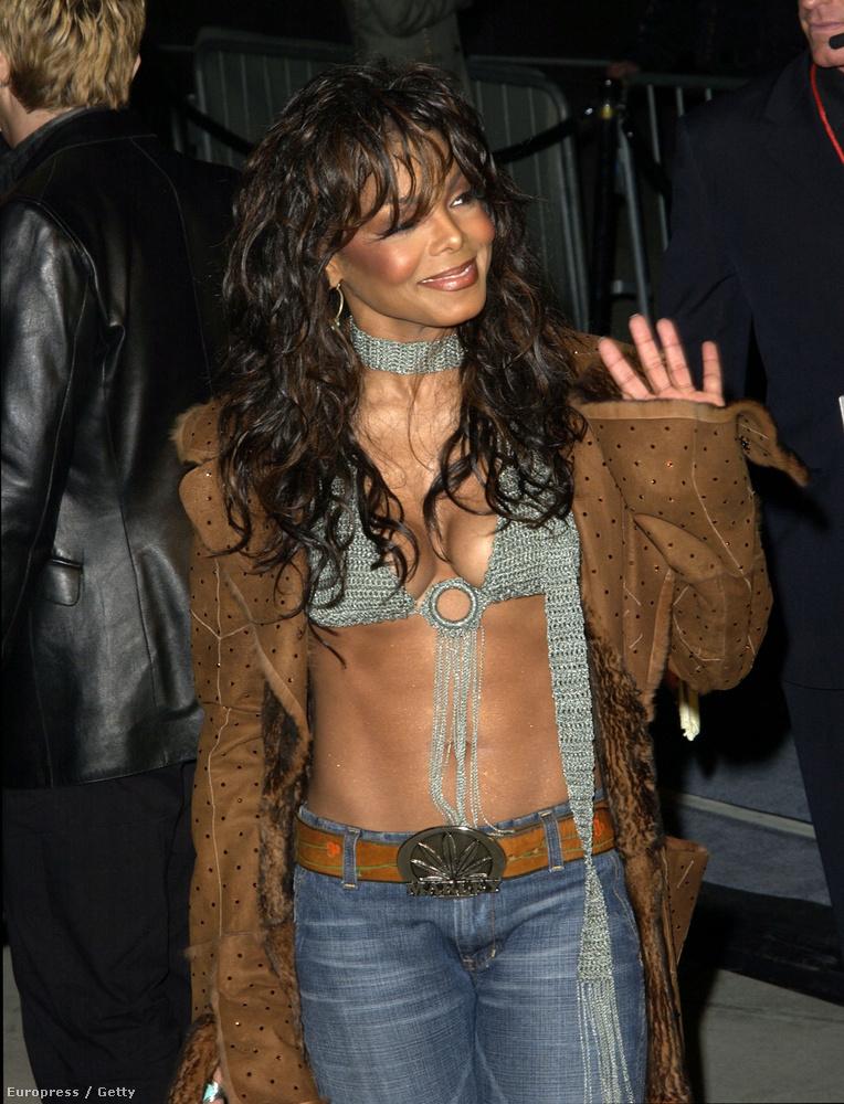 2002-ben már szinte csak egy bikinifelsőt visel a kabát alatt
