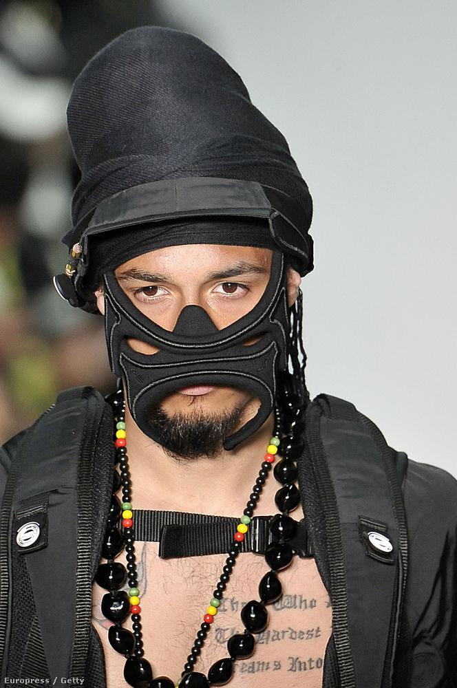 Ez a modell júniusban, a férfidivathetek szezonjának az elején vonult Nasir Mazhar bemutatóján Londonban