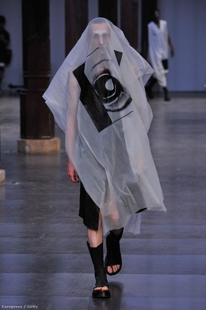 A Julius nevű márka párizsi divatbemutatójáról két fotót ragadunk ki ehhez az összeállításhoz