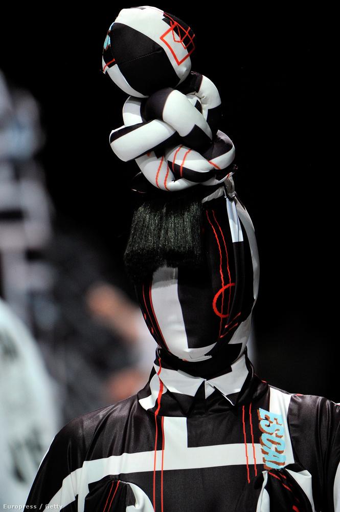 Ezt a performanszot Henrik Vibskov bemutatóján lehetett látni a párizsi férfidivathéten