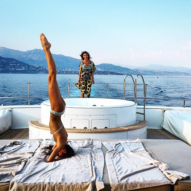 És hát mit lehet csinálni egy hajón? Lehet jógázni például.