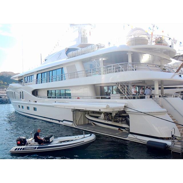 Ez egy másik jacht, a képhez tartozó aláírás az volt, hogy kiszedik az egyik játékszert a másikból.